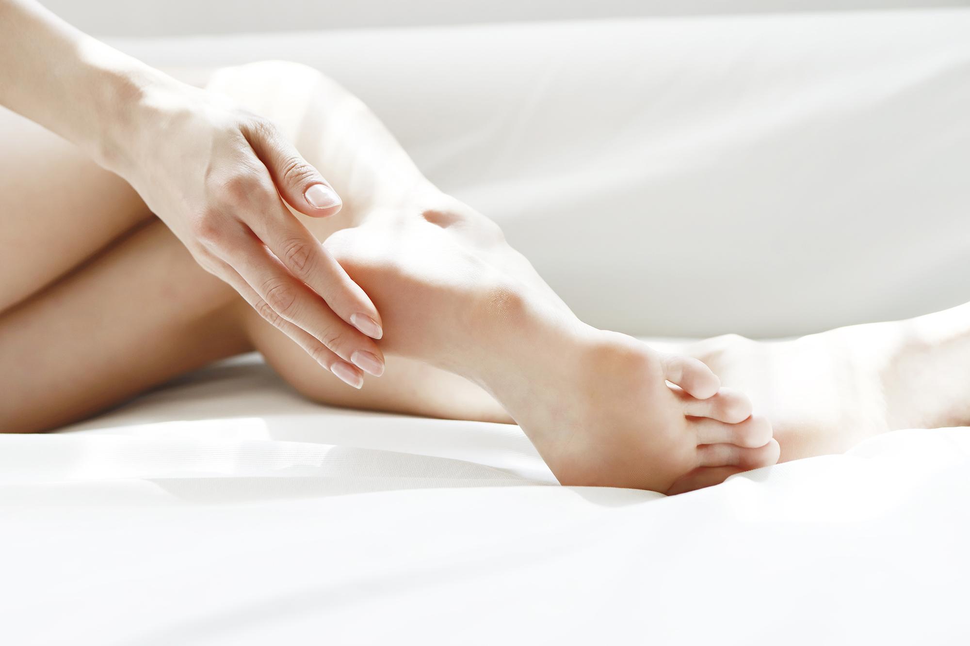 Lasepton® Fuss-Creme löst sanft übermäßige Hornhaut und pflegt trockene Füße